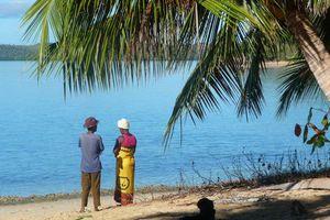 strand met lokale mensen
