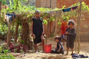 Kinderen wassen kleren