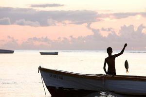 jongetje aan het vissen - Mauritius