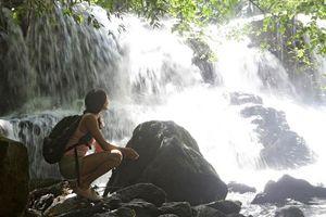 vrouw bij waterval op Mauritius - Mauritius