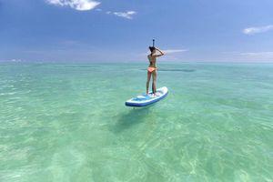 meisje op surfboard op Mauritius - Mauritius