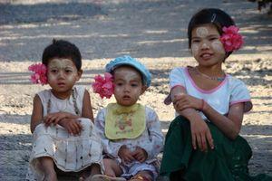 kindjes met bloem - Myanmar
