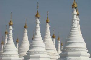 witte stoepa's - Mandalay - Myanmar