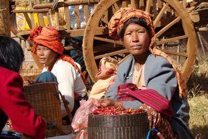 vrouwen op markt - Inle Lake - Myanmar