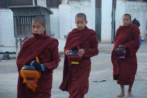 monniken bedelen - Myanmar