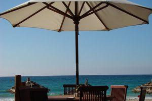 zitje met parasol strand - Ngapali - Myanmar