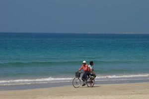 fietsers op strand - Ngapali - Myanmar