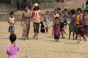lokaal dorpje aan de Kaladan rivier tussen Mrauk U en Sittwe - Mrauk U - Myanmar