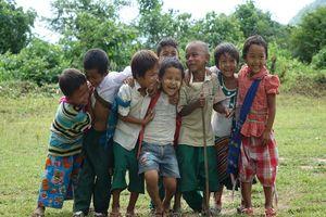 kindjes poseren voor de foto - Myanmar