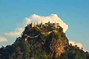 berg met tempels, Mount Popa - Myanmar