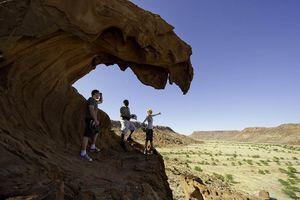 mensen op rots Damaraland (2) - Damaraland - Namibië - foto: lokale agent