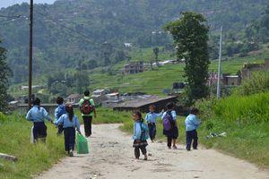 wandelende schoolkinderen - Nepal