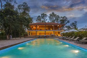 zwembad van Kasara Resort Chitwan 1 - Kasara Resort Chitwan - Nepal