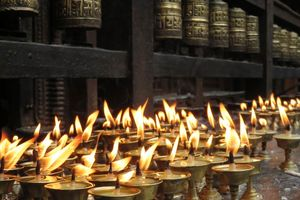 Kaarsen en gebedsmolens - Nepal