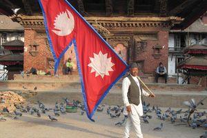 Man met vlag op Durbar Square, Kathmandu - Kathmandu - Nepal