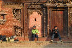 Drie mannen op een stoep in Nepal - Nepal