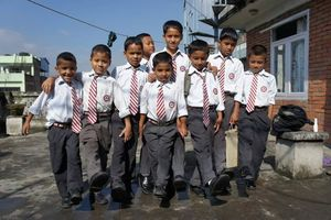 schoolkinderen in uniform HECAC - Nepal