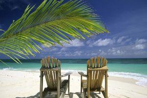 Strand met stoelen - Seychellen