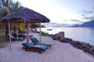 Ligbedden op het strand - L' Habitation Cerf Hotel - Seychellen