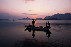 bootje op rivier met ondergaande zon - Sri Lanka