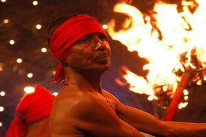 traditionele man die met vuur danst - Kandy - Sri Lanka