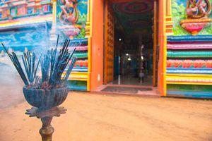 kleurrijke tempel en wierook - Sri Lanka