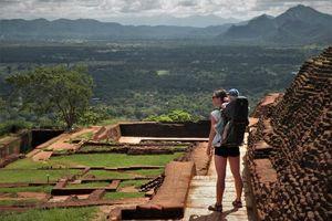 Lions Rock met kind in rugdrager - Sri Lanka