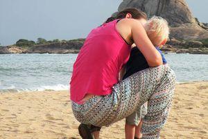 blond kind en mama aan zee - Sri Lanka
