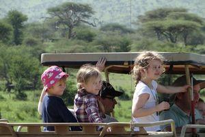 uitzicht vanuit jeep met kinderen - Tanzania