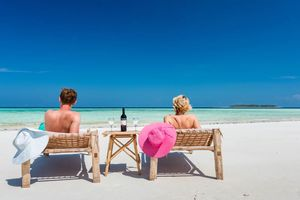Koppel op ligbedjes met wijn op Sunshine Marine Beach - Zanzibar - Tanzania
