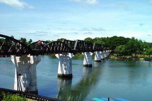 Brug over River Kwai zonnig