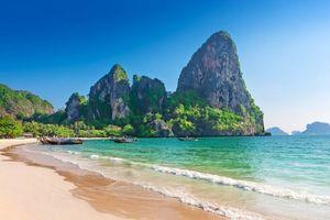 Strand met rotsen in zee, Krabi, Railay beach - Thailand
