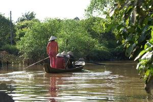 Vietnam - Mekong Delta - vrouw roeit met toeristen