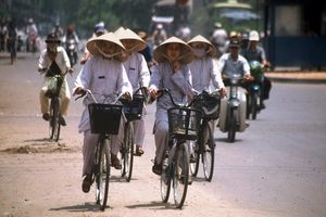 fietsers in stad - Vietnam