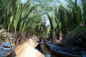 mensen met hoedjes in boot - Mekong Delta - Vietnam