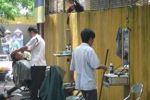 kapper op straat Hanoi - Hanoi - Vietnam