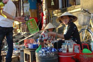 verkoopster met eten in Hoi An - Hoi An - Vietnam