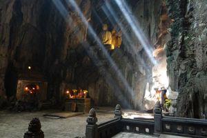Boeddha beeld in grot Marble Mountain