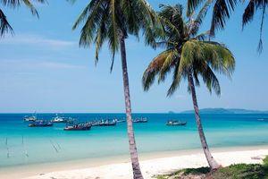 palmbomen en bootjes in zee Phu Quoc