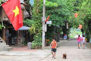 staat in een Mai Chau vallei dorpje
