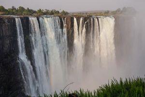 Victoria Falls met gras - Victoria Falls - Zimbabwe