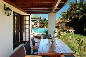 zwembad met eettafel en wijn - Knysna County House - Zuid-Afrika