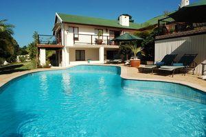zwembad met ligbedden - Knysna County House - Zuid-Afrika - foto: Knysna County House