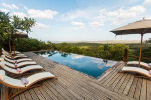 zwembad met ligstoelen van Rhino Ridge in Hluhluwe - Rhino Ridge - Zuid-Afrika