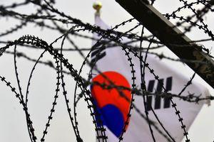 Prikkeldraad en Zuid-Koreaansevlag, grensovergang DMZ - Zuid-Korea
