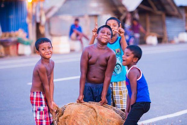 kinderen met zware mand - Sri Lanka