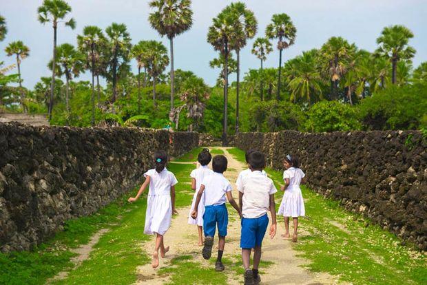 kinderen tussen muurtjes - Sri Lanka