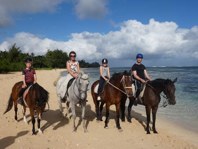 Esther met haar gezin in Mauritius