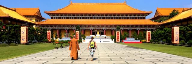 Roselien bij het Fo Guang Shan klooster in Taiwan
