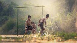voetballen in rijstveld - Cambodja